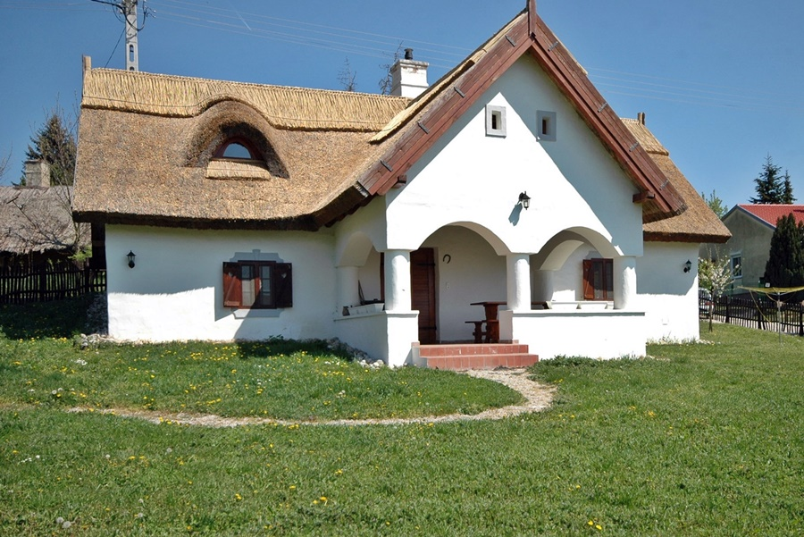 Maintained detached house built in Balaton Highlands style on the north coast of Lake Balaton